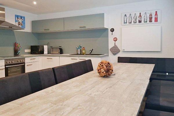 Küche mit großem Esstisch, 1. OG