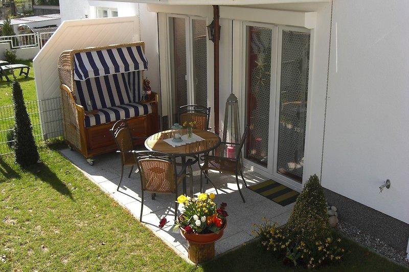 Terrasse mit Strandkorb und Garten