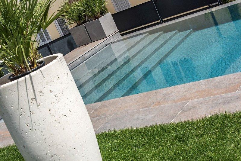 Breite Stufen in den Pool