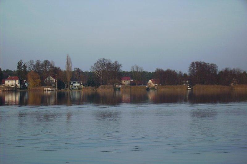 Auf der anderen Seeseite sieht man Zernsdorf. Der Krüpelsee, Krimmniksee und Lankesee sind verbunden und bieten über die Dahme den Wasserweg zum Shopping in Berlin.