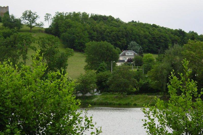 Das Haus liegt am Hügel im Schatten der Ruine der Burg Le Faulin.