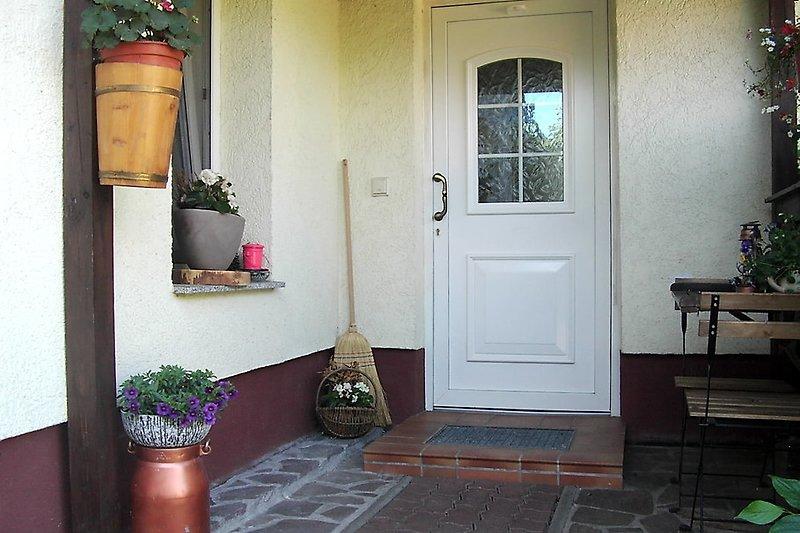 überdachter Eingangsbereich mit Raucherplatz