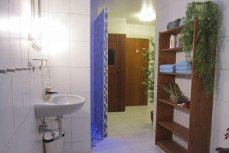 Das Badezimmer der Ostfriesenperle mit Wellness-Faktor: durch barrierefreie Dusche, Sonnenhimmel und Sauna...
