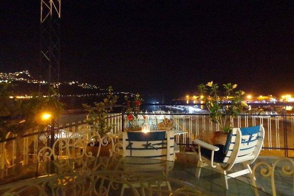 Die Terrasse mit herrlichem Blick auf die Bay Giardini, dem Strand und Taormina.