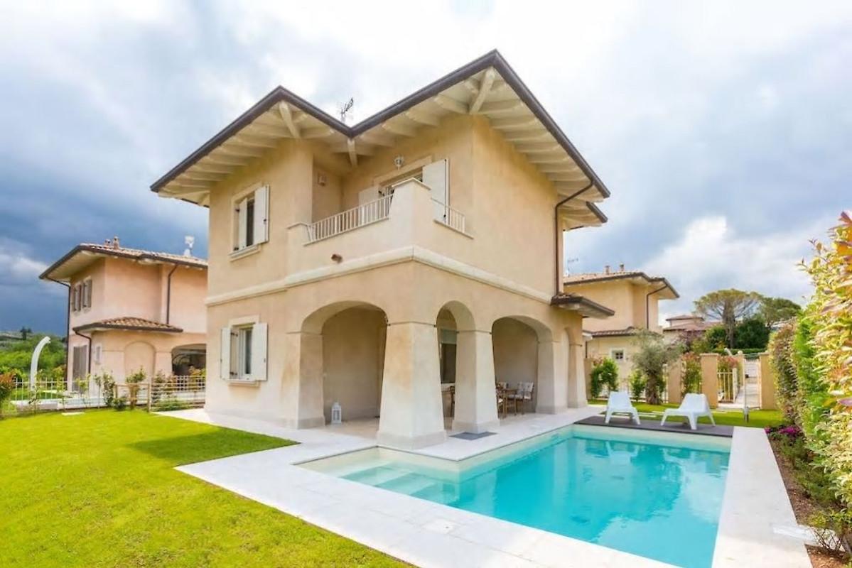 Villa met priv zwembad aan het gardameer in manerba del for Villas en calpe con piscina