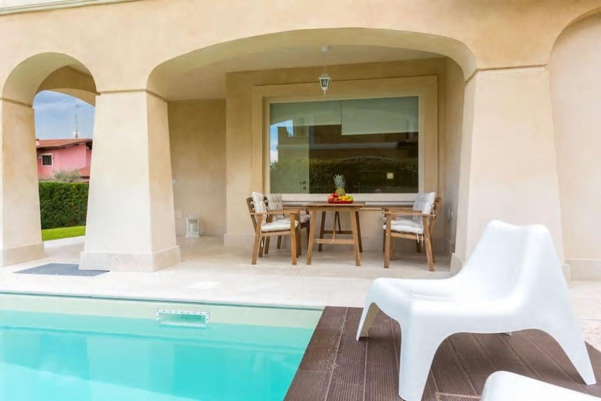 Villa con piscina privata sul lago di garda casa vacanze for Case vacanze sul lago di garda