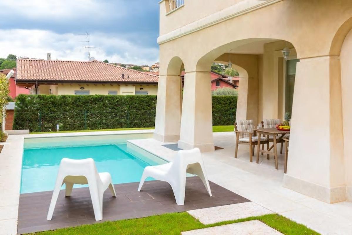 Villa con piscina privata sul lago di garda casa vacanze for Piccole case sul lago