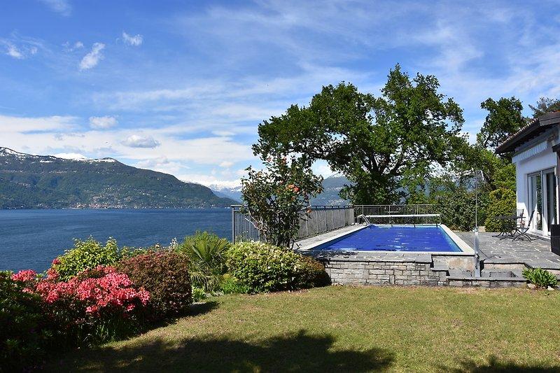 Garten mit Pool und Aussicht