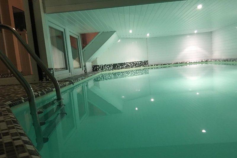 Das Schwimmbecken ist 8m lang