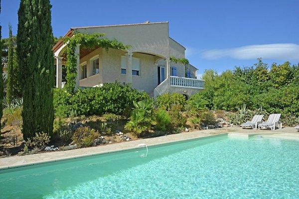 Pool und freistehende Villa