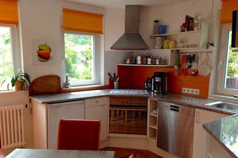 Helle Küche mit Spülmaschiene und Waschmaschiene