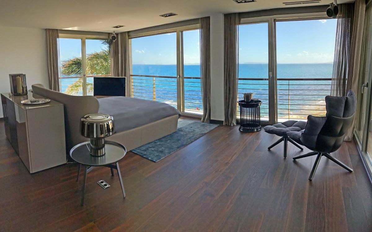 Das Schlafzimmer Mit King Size Bett. Einschlafen Mit DemRauschen Der Wellen  Und Aufwachen Mit