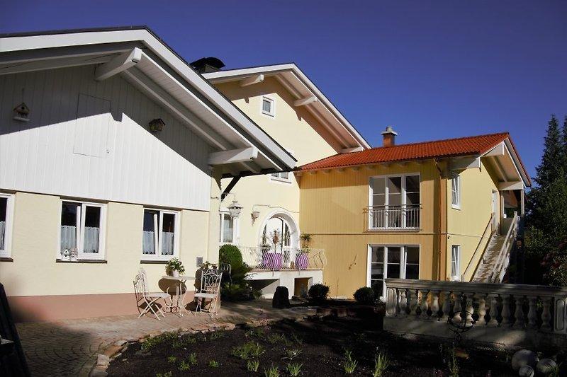 Außenansicht Haus Sonnenschein, links die Wohnung Sonntaten, rechts imNeubau die Wohnungen, Brauneck und Blomberg