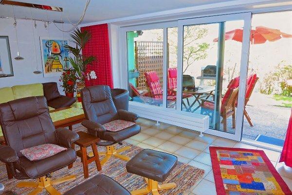 Wohnzimmer mit Zugang zur Terrasse und Liegewiese