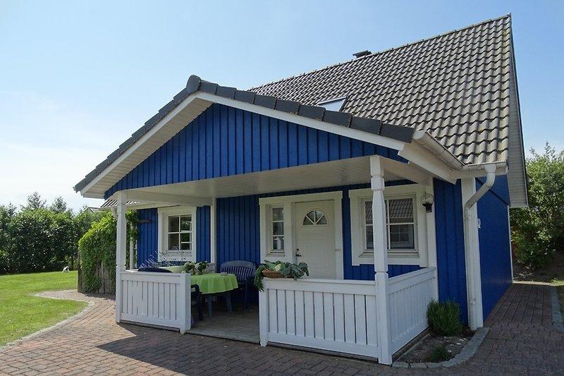 Skandinavisches Holzhaus freistehend mit grossem Garten