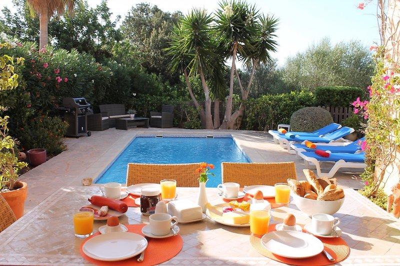 Frühstücksterrasse mit Pool