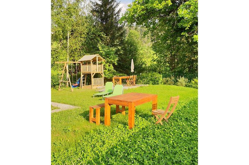 Garten mit privatem Kinderspielplatz
