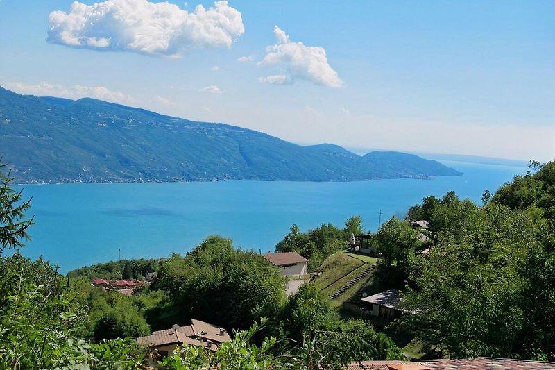 grandiose Aussicht über den See bis zum Apennin