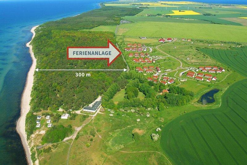 Der Blick von oben auf das Feriendorf, das wirklich ganz nah am kilometerlangem Ostseestrand liegt.
