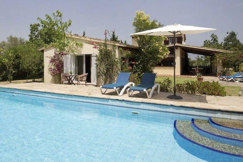 Gästehaus, Haupthaus und Pool