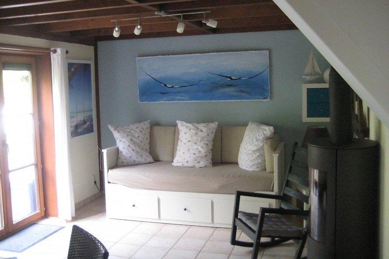 Wohnzimmer mit Türe zum Garten