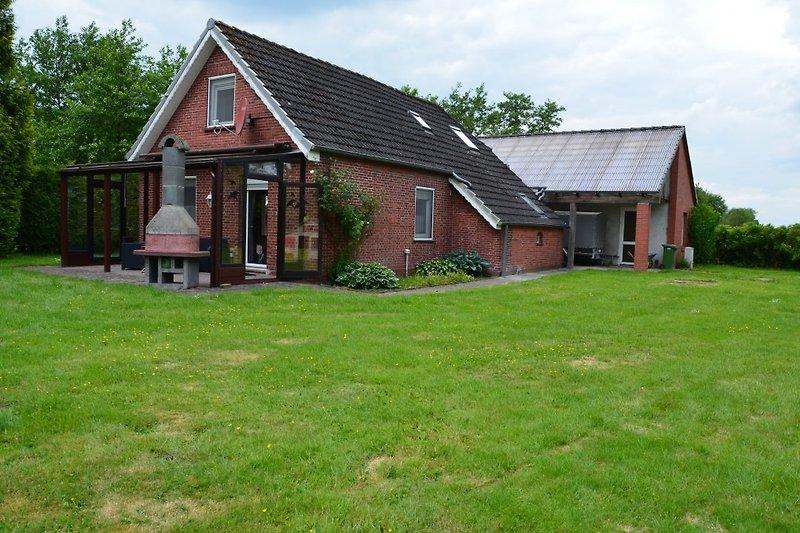 Das Ferienhaus mit Gartenkamin und überdachter Terrasse