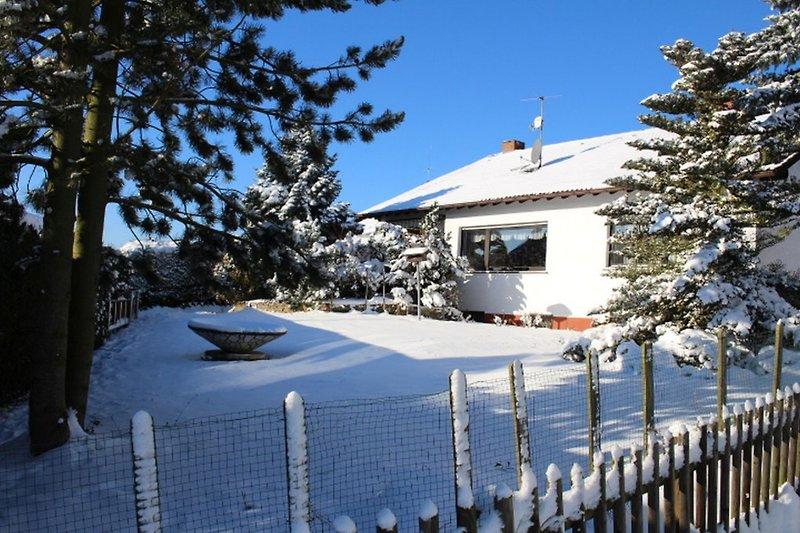 Verschneites Ferienhaus