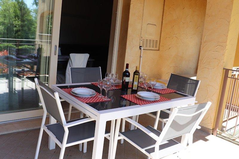 Süd Balkon und Tisch