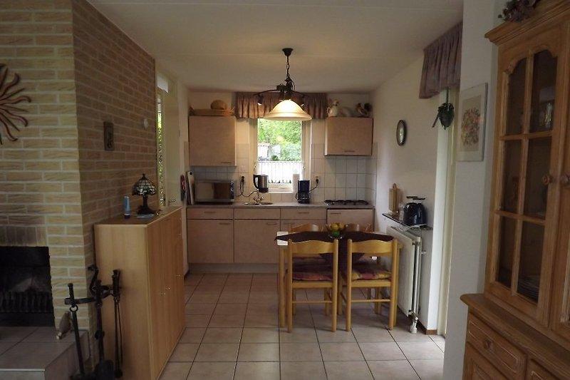 Blick in den Ess-/Küchenbereich