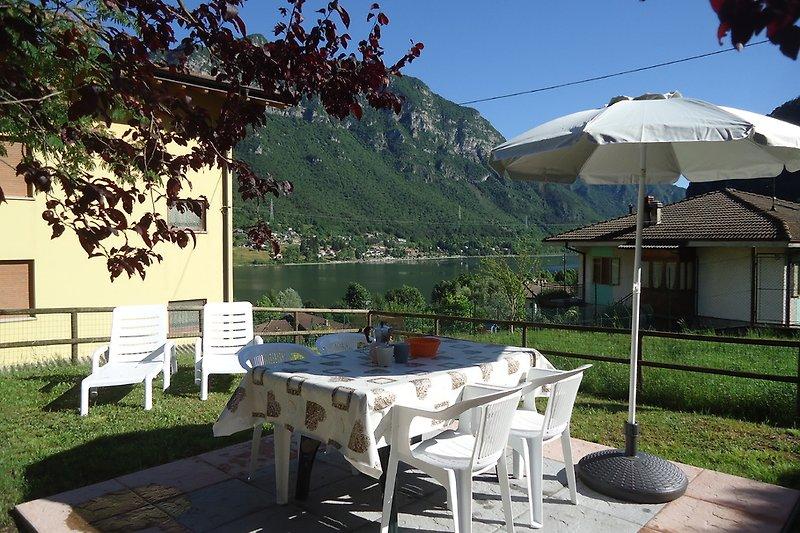 Garten Casa Luisa mit Blick auf den See und die Berge