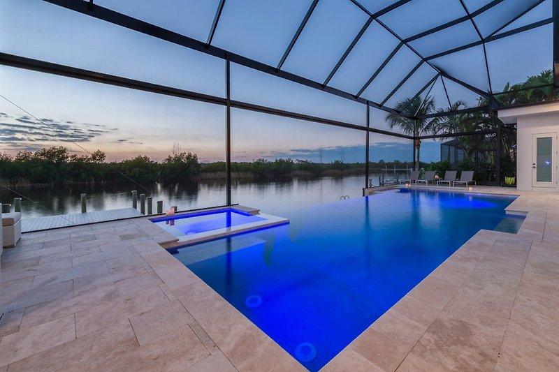 Riesiger Infinity-Pool mit Spa - Wellness Pur mit herrlichem Ausblick.