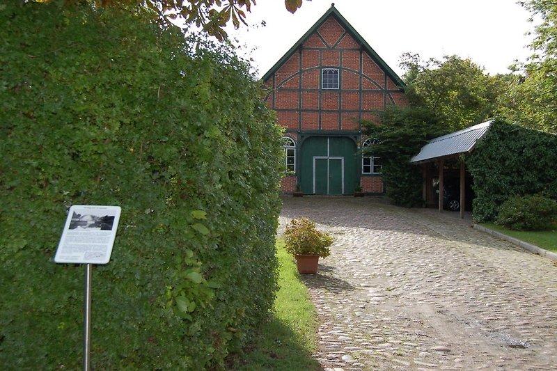 Die Auffahrt zum Hof Wiese - an der rechten Hausseite die Ferienwohnung