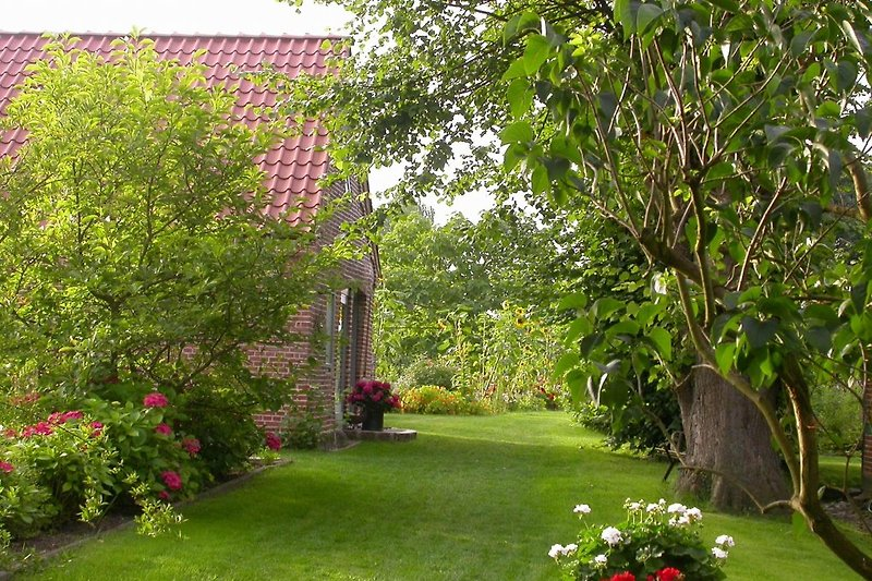 Der Weg in den Garten - Links das alte Backhaus