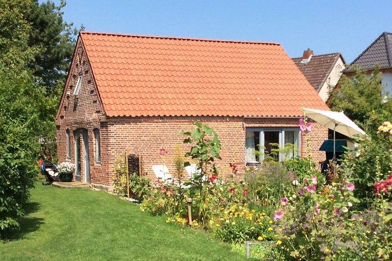 Blick vom Garten auf das Backhaus