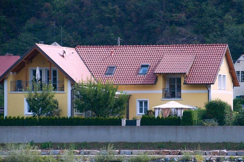Hausansicht von der Donau aus gesehen