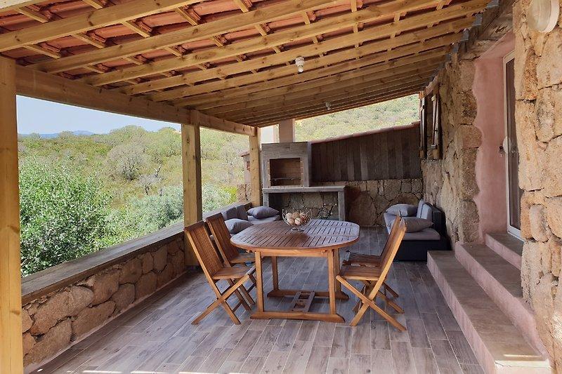Terrasse extérieure équipée d'une table à manger,  d'un salon de jardin et d'un barbecue