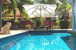 Pool-Villa in tropischem Garten