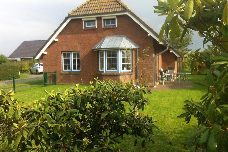 Eingezäunter Garten mit Terrrassenüberdachung ab April