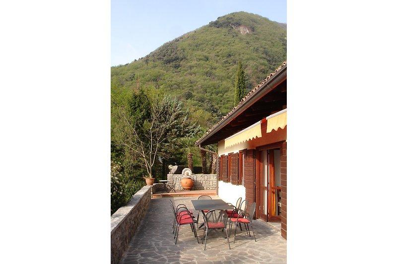 Terrasse mit Berg- und Seeblick