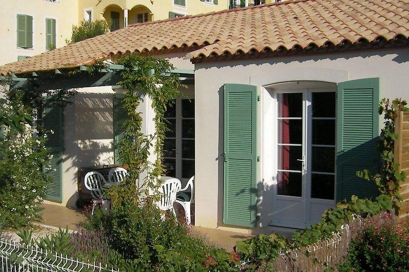 Blick auf Haus, Terasse und Garten