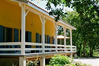 Maison Madame Pelouse (6 persons) is a beautiful holiday home between the Gironde, the wine and the sea. The holiday home has 2 verandas, one covered and one open.