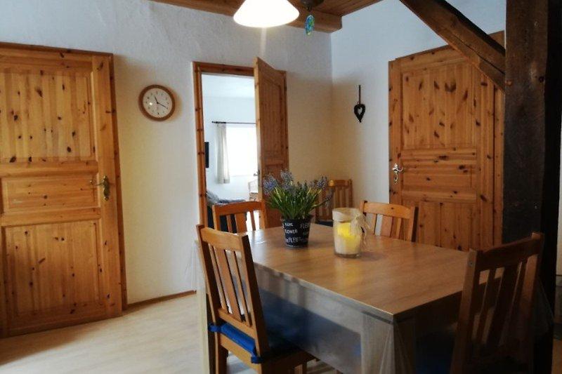 Das Esszimmer mit angrenzender Küche in Wohnung Nr.1