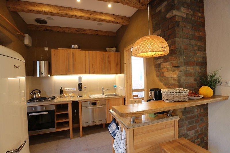 Blick in die schöne Massivholz-Küche.