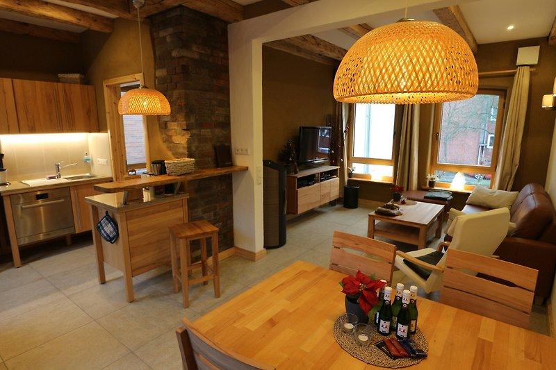 Blick vom Essbereich in die Küche und den Wohnbereich.