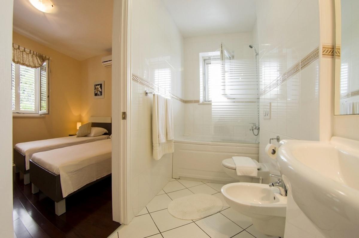 Lussuosa villa con 4 camere da letto e vista mare casa for Villa con 5 camere da letto