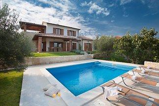 Villa Maria mit Pool in Meeresnähe