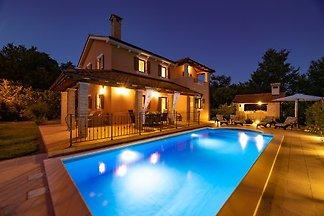 Villa Aurora mit Pool & Außenküche
