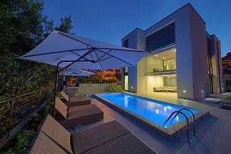 Villa Celeia mit Pool am Meer