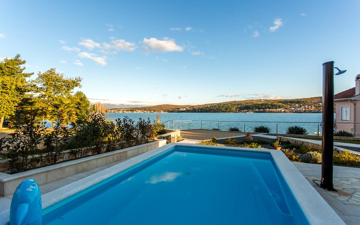 strand villa ema am meer mit pool ferienhaus in cizici mieten. Black Bedroom Furniture Sets. Home Design Ideas
