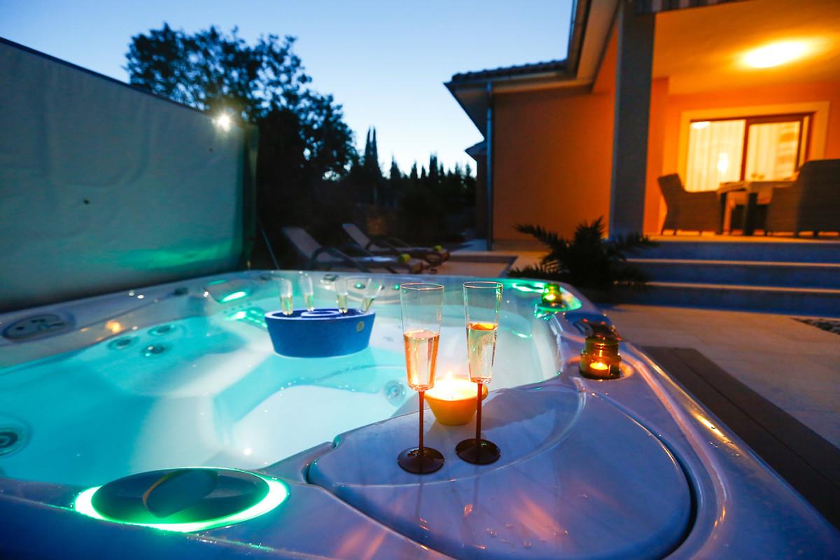 villa mit jacuzzi grill und r der ferienhaus in kornic mieten. Black Bedroom Furniture Sets. Home Design Ideas